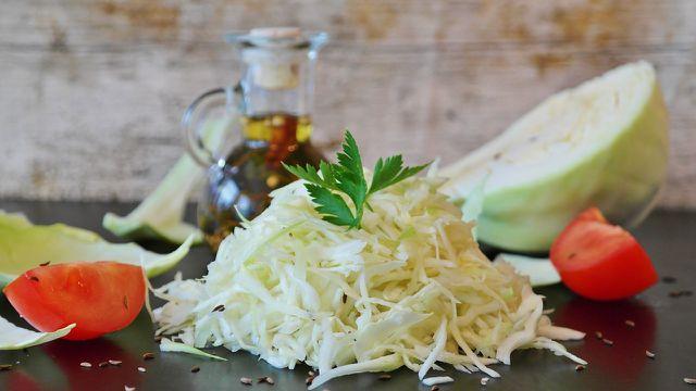 Aus rohem Weißkohl kannst du leckere Salate zubereiten.