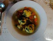 Grießknödel schmecken besonders gut in einer Gemüsesuppe.