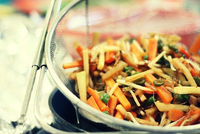 Stir-Fry kannst du nach Belieben abwandeln, indem du zum Beispiel anderes Gemüse verwendest oder es mit Tofu oder Reis servierst.