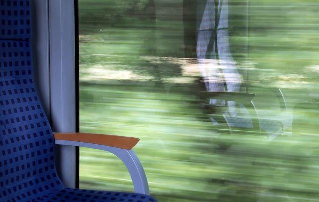 Im Zug reist du klimaverträglicher als mit dem Flugzeug.