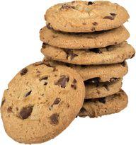 Die typischen amerikanischen Kekse werden noch weich aus dem Ofen geholt, sodass sie am Ende schön zäh sind. Magst du es lieber ein wenig knuspriger, lass die Kekse einfach ein paar Minuten länger im Ofen.