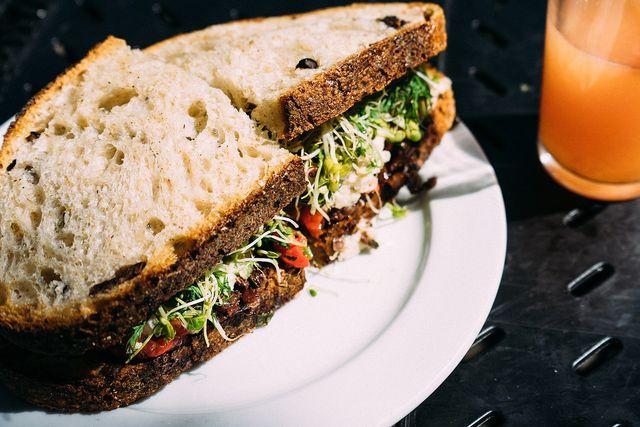 Egal ob auf dem Brot oder im Salat, Alfalfa-Sprossen schmecken immer gut.