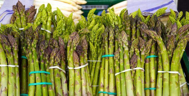 Für die Quiche kannst du sowohl grünen als auch weißen Spargel verwenden.