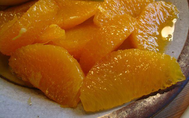Für dieses Weihnachtsmenü-Rezept werden die Orangen filetiert.