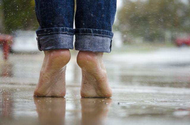 Im Regen ist barfuß Laufen ein Erlebnis
