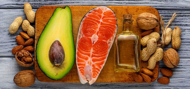 Omega-3-Fettsäuren stecken in fettreichem Fisch, Leinöl und Nüssen