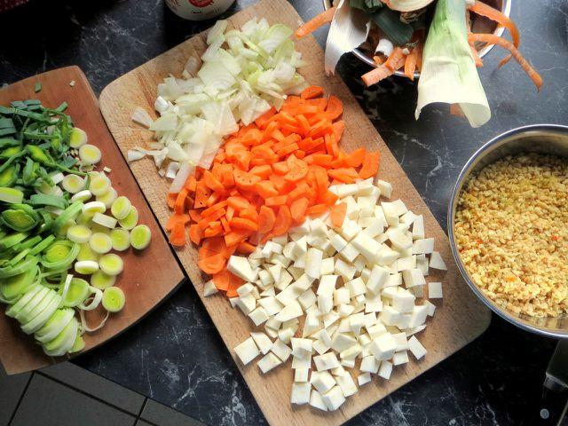 In die Soja-Bolognese kommt neben dem Sojagranulat viel frisches Gemüse.