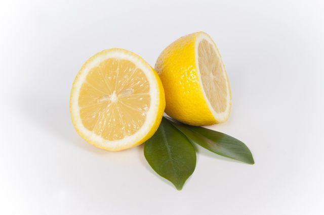 Schon eine kleine Menge Zitronensaft hilft beim Entfernen eines Curryflecks.