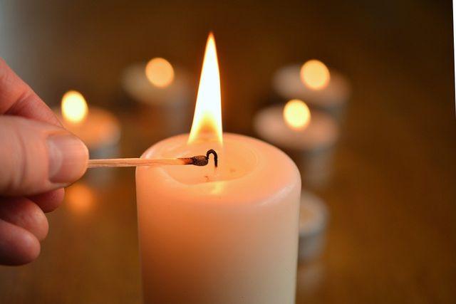 Achte beim Kauf deiner Kerzen für den Adventskranz darauf, dass diese aus nachhaltigen Materialien bestehen.