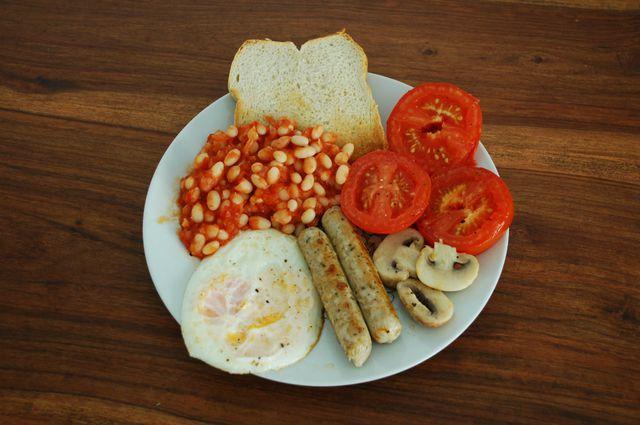 Die einzelnen Komponenten deines Englischen Frühstücks arrangierst du reihum auf einem Teller.