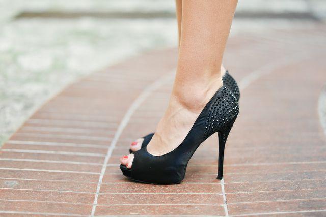 Enge und unbequeme Schuhe können eine Ursache für trockene Füße sein.