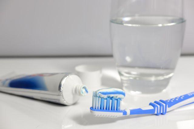 Zweimal täglich für drei Minuten Zähneputzen schützt vor vielen Mundkrankheiten.