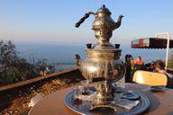 Ein türkischer Samowar hält das Teekonzentrat warm.