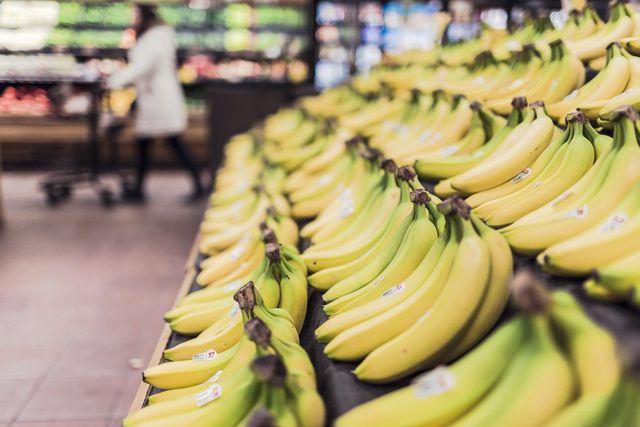 Um Bananenschale zu Dünger verarbeiten zu können, solltest du nur Bio-Bananen kaufen.