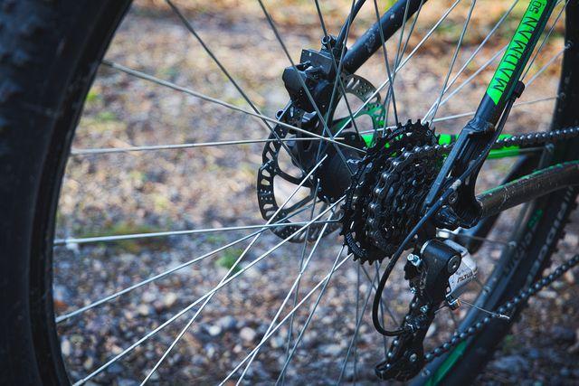 Nach dem Fahrradputzen solltest du Kette und Schaltung gut pflegen.