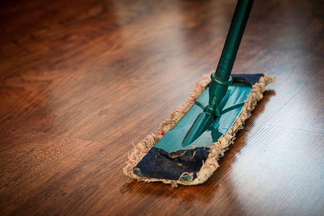 Wische den Boden mit einem waschabren Wischlappen.