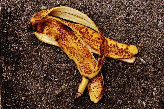Wie lange Bananenschalen zum Verrotten brauchen, hängt auch von den Umweltbedingungen ab.