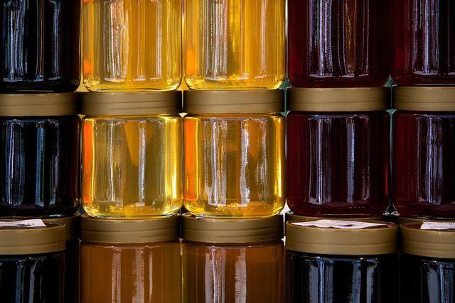 Kastanienhonig ist eine flüssige und dunkle Honigsorte.