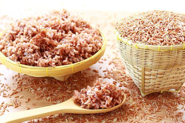Bei der Zubereitung von braunem Reis solltest du einiges beachten.
