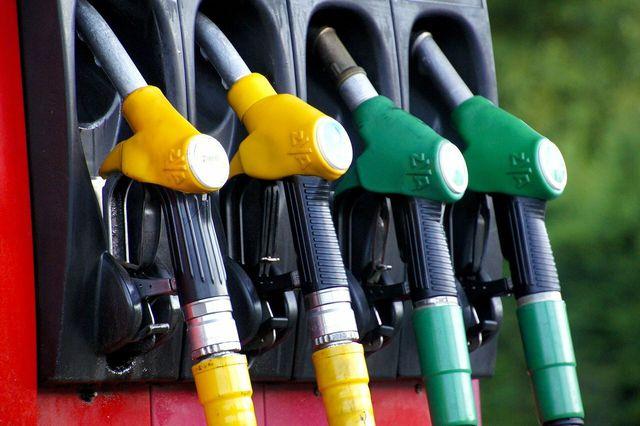 Ein Problem: Fossile Kraftstoffe sind meist billiger als klimafreundlichere Alternativen.