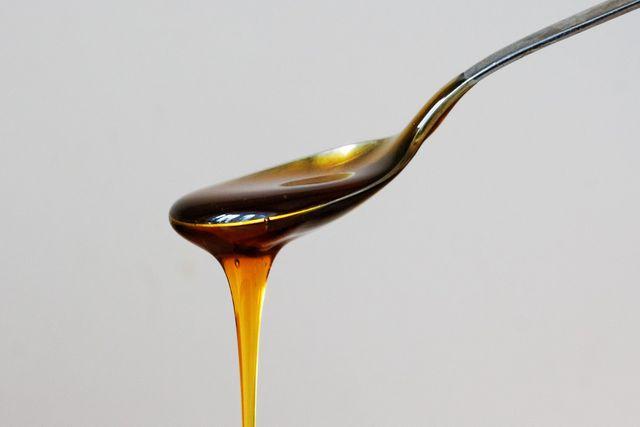 Zwei Teelöffel Honig reichen für das Lippenpeeling vollkommen aus.