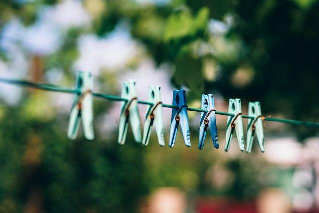 An der Wäscheleine trocknet die Wäsche schnell und ganz ohne zusätzliche Stromkosten.