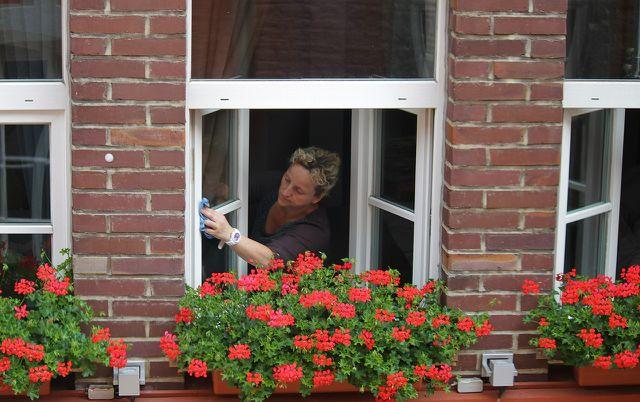 Fenster putzen klappt auch mit Hausmitteln.
