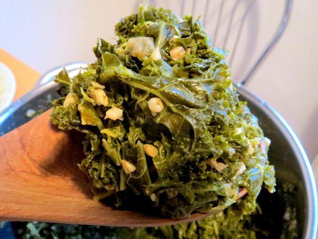 Traditionell wird Grünkohl oft mit Senf und Zwiebeln gewürzt und mit Hafergrütze verfeinert.