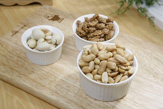 Wenn du Snickers selber machst, kannst du statt Erdnüssen auch andere Nüsse verwenden.