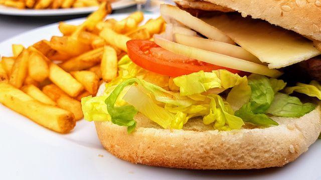 Nach dem Verzehr fettiger Lebensmittel wie Pommes kann es häufig zu Verdauungsproblemen kommen