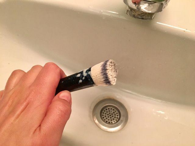 Verteil das Shampoo in den Pinsel-Haaren bis es schäumt