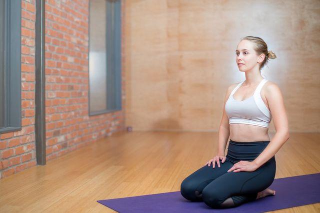 Eine aufrechte Sitzhaltung ist für Meditation essenziell, z.B. hier im Fersensitz.