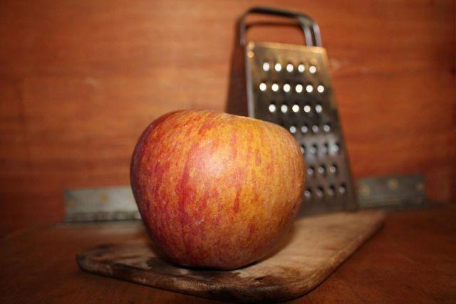 Geriebener Apfel ist ein altbekanntes Hausmittel bei Durchfall.