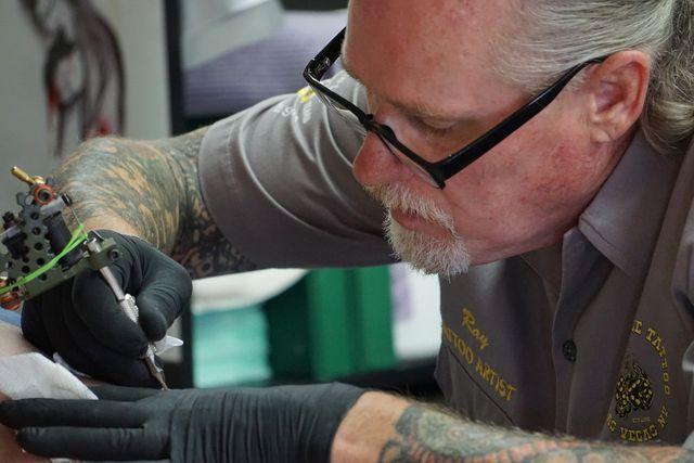 Blaue und grüne Tattoo-Farben sind trotz Bedenken noch erlaubt.