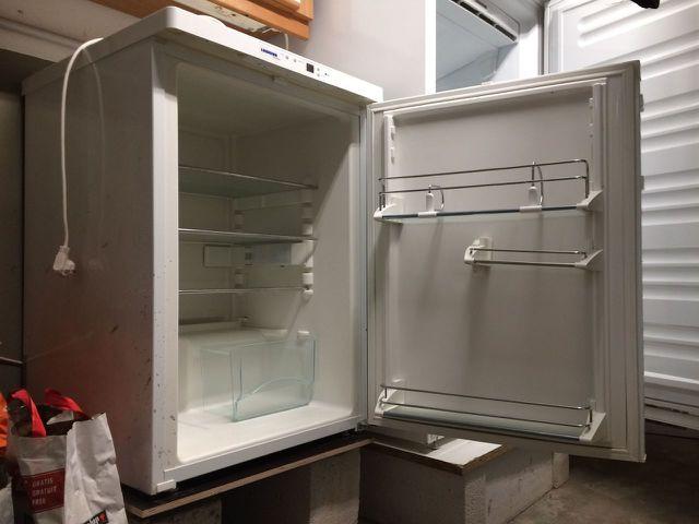 Kühlschrank reinigen: Erst einmal den Stecker ziehen und ausräumen.