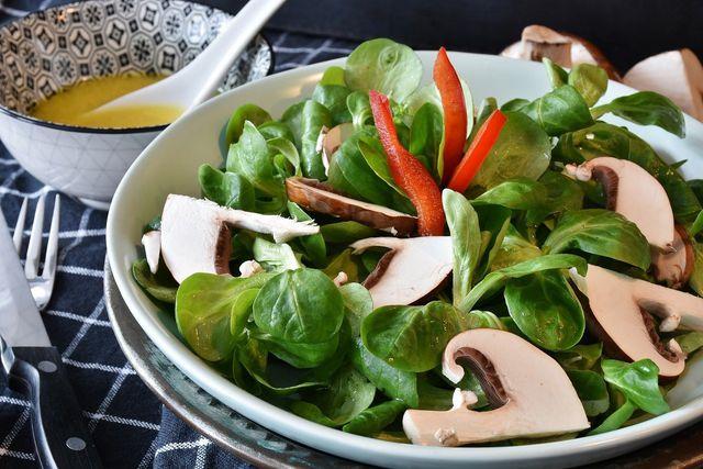 Runde die Marinade für den Salat mit Marmeladeresten ab.