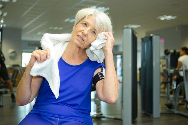 In den Wechseljahren läuft der Schweiß häufig auch ohne körperliche Anstrengung.