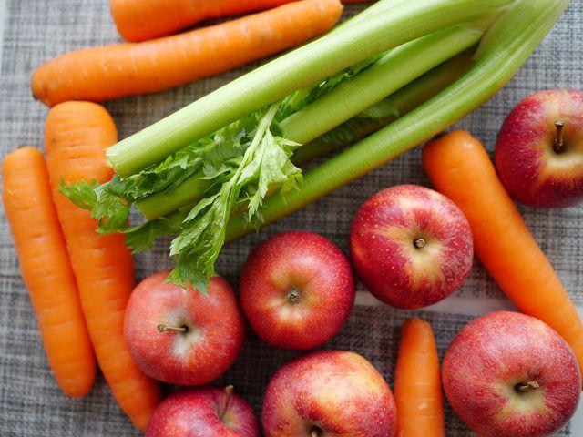 Mit frischen Nahrungsmitteln schmeckt dein Salat am besten.