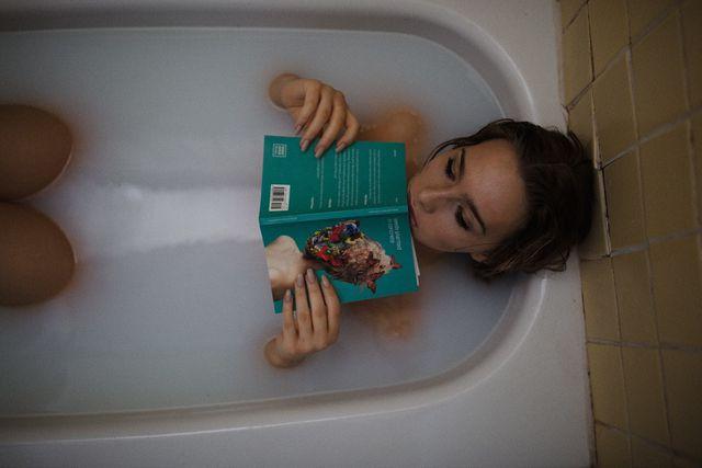 Ein Bad entspannt deinen Körper bei Erkältungen.