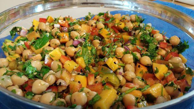 Frische Kräuter machen den Kichererbsen-Salat besonders aromatisch.