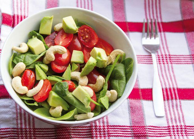 Tomaten neutralisieren den Oxalgehalt von Spinat.