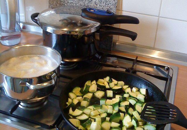 Mit einem Schnellkochtopf kochst du schnell und energiesparend.
