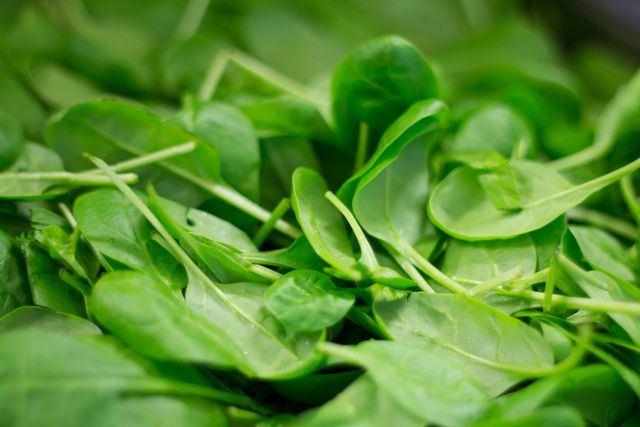 Vermeide Oxalsäure, wenn du Spinat roh isst.