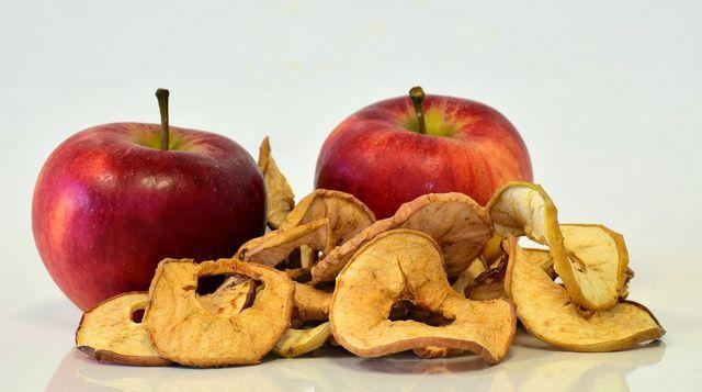 Du kannst Apfelchips auch im Backofen machen.