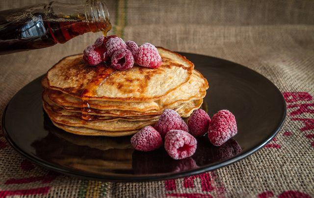 Pancakes können auch auf gesunde Weise mit Bananen und Haferflocken zubereitet werden und werden so zu einem nährstoffreichen Frühstück.