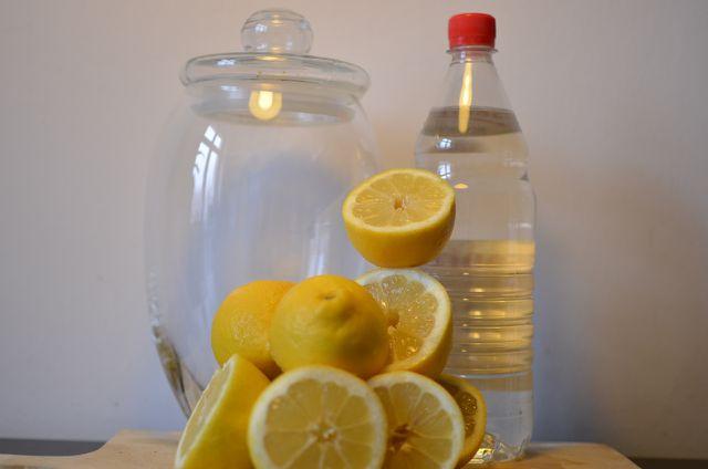 Zitronen und Essig: Diese Zutaten brauchst du für den Allzweckreiniger.