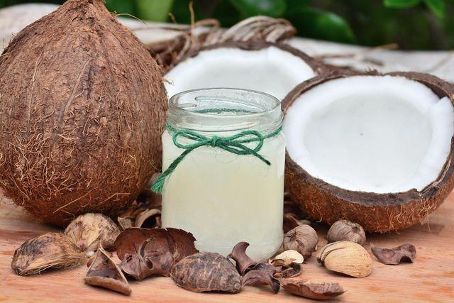 Kokosöl ist ein wirksames Hausmittel bei rissigen und trockenen Füßen.
