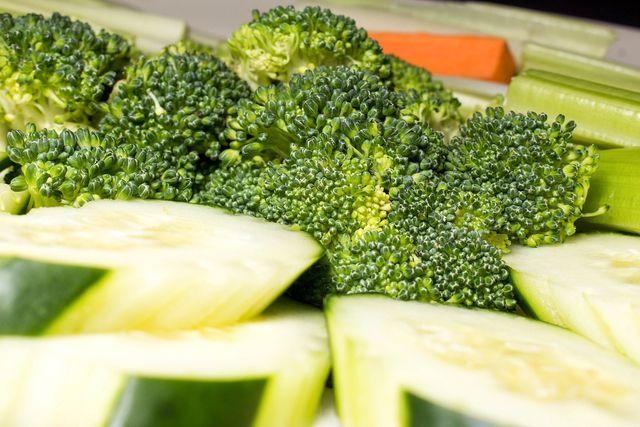 Brokkoli kann auch rohköstlich sein - wenn deine Verdauung an Kohl gewöhnt ist.