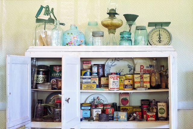 In Küchenschranken finden Lebensmittelmotten viel Futter