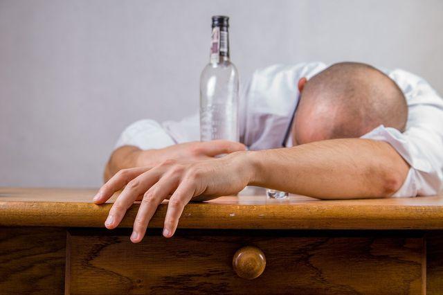 Alkoholmissbrauch kann einen Eiweißmangel begünstigen.